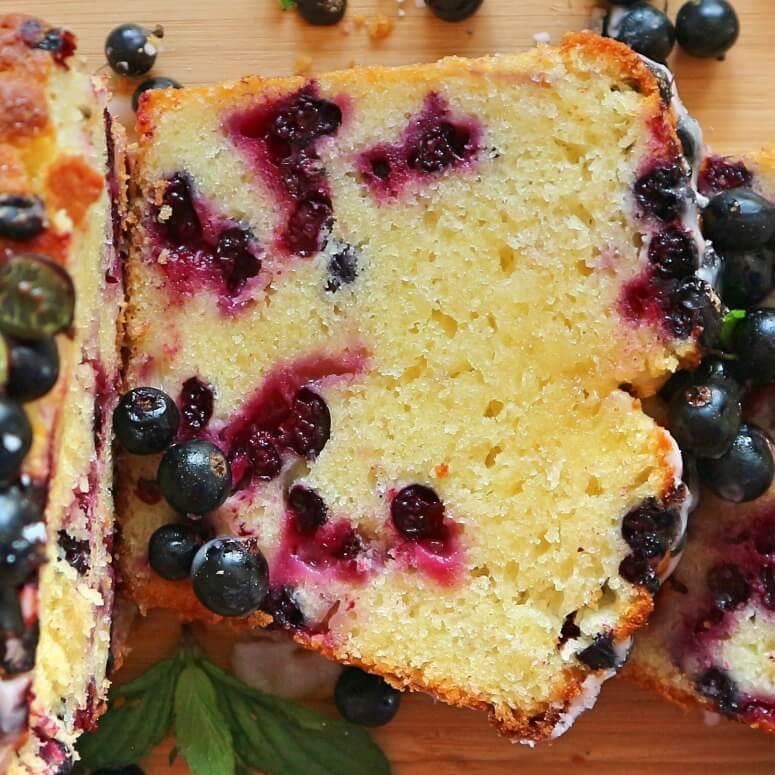 Black currant cake with kefir – quick summer cake recipe